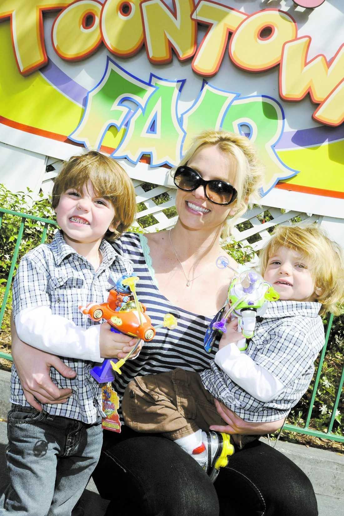 Britney gör nu allt för att visa upp en välputsad fasad utåt. Kändisfotograferna ges möjlighet att fota henne tillsammans med hennes söner, Sean Preston och Jayden James.