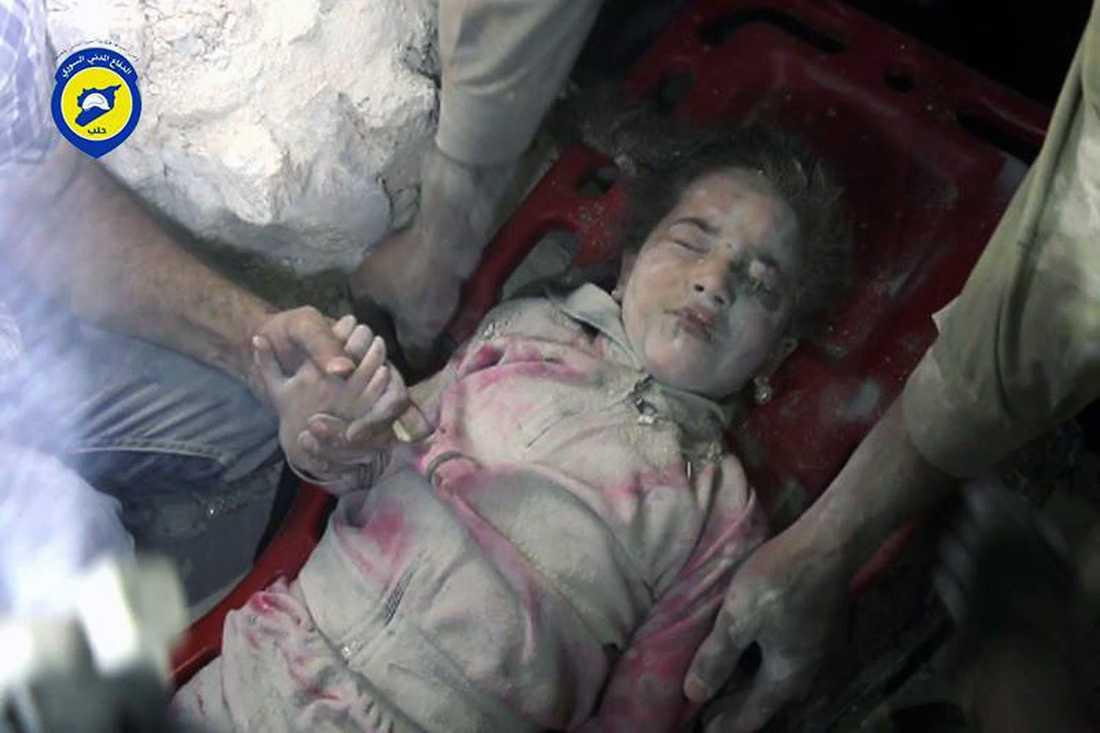Flickan på bilden heter Ghazal Akhtarini. Hon bor i Aleppo och är 5 år. På bara en vecka uppges enligt AP 100 barn ha dödats av Assad-regimens och Rysslands besinningslösa bombardemang. Men hon överlevde.