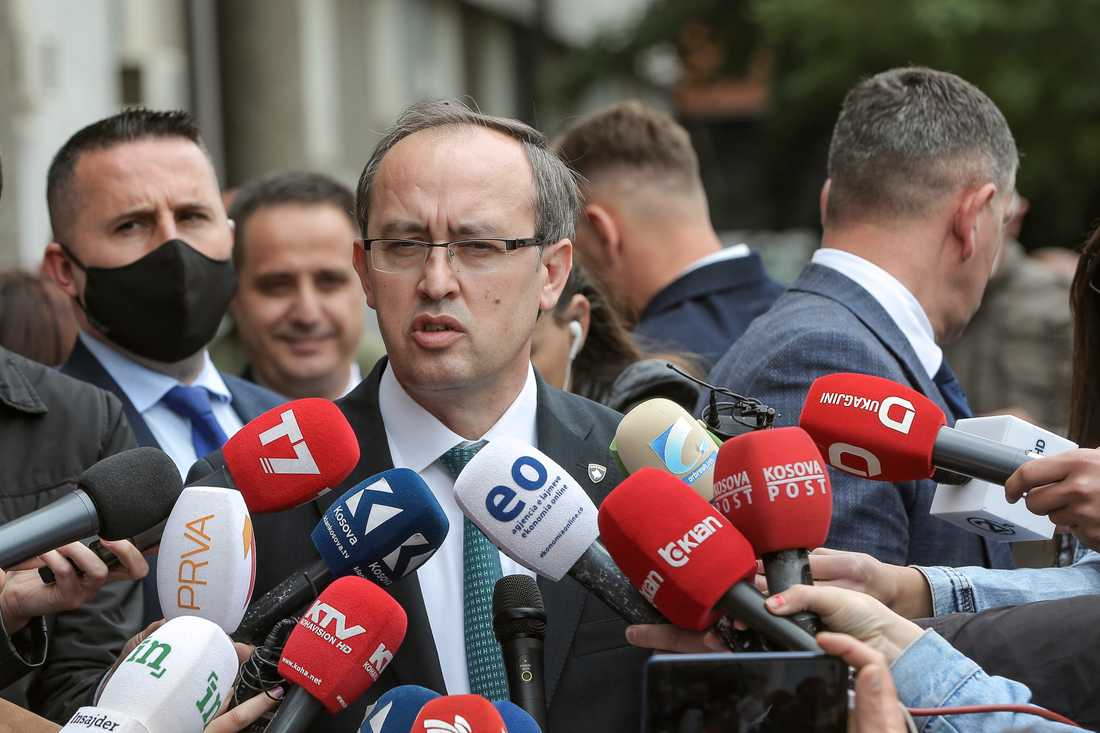 Den nyvalde premiärministern Avdullah Hoti pratar med medier i Kosovos huvudstad Pristina den 3 juni. Hans slopande av handelshinder med grannen Serbien tolkas som en öppning i de strandade samtalen mellan de båda fienderna.