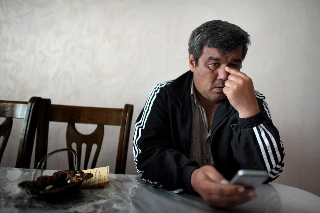 Olim Akilov får låna en mobil, för att på en ryskspråkig sajt läsa om brodern Rakhmat och terrordådet i Stockholm.