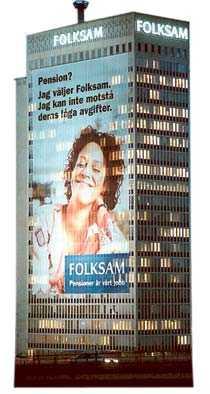 Pensionsjätten Folksam gör fasadreklam år 2000.