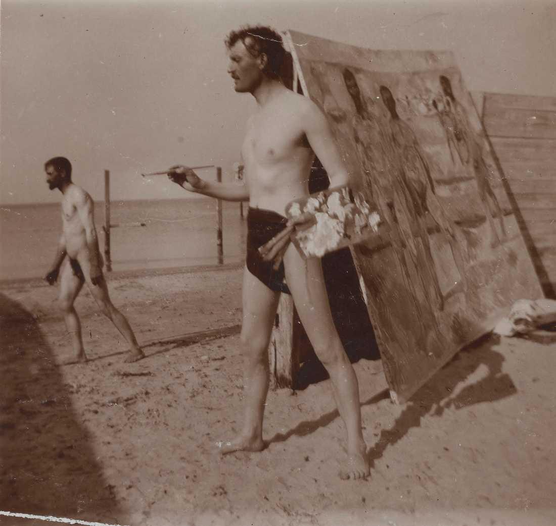 Edvard Munch målar på stranden i Warnemünde, 1907. Pressbild.