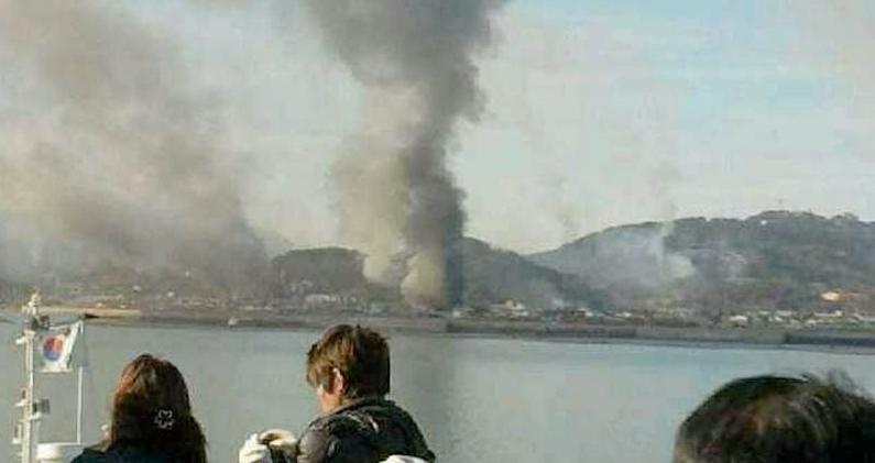 Hus i brand Rök syns på ön Yeonpyeong nära gränsen till Nordkorea.