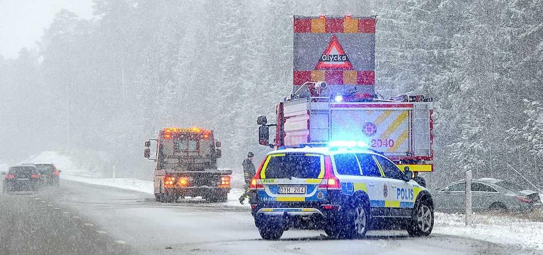 En bil körde av vägen mellan Arboga och Köping på E18.