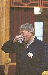 Som vänsterpartiledare kan Lars Ohly säkert behöva ett lugnande glas vatten ibland. Falangerna bekämpar varandra och ledamöter till både höger och vänster hoppar av. Hur långt borta är splittringen?