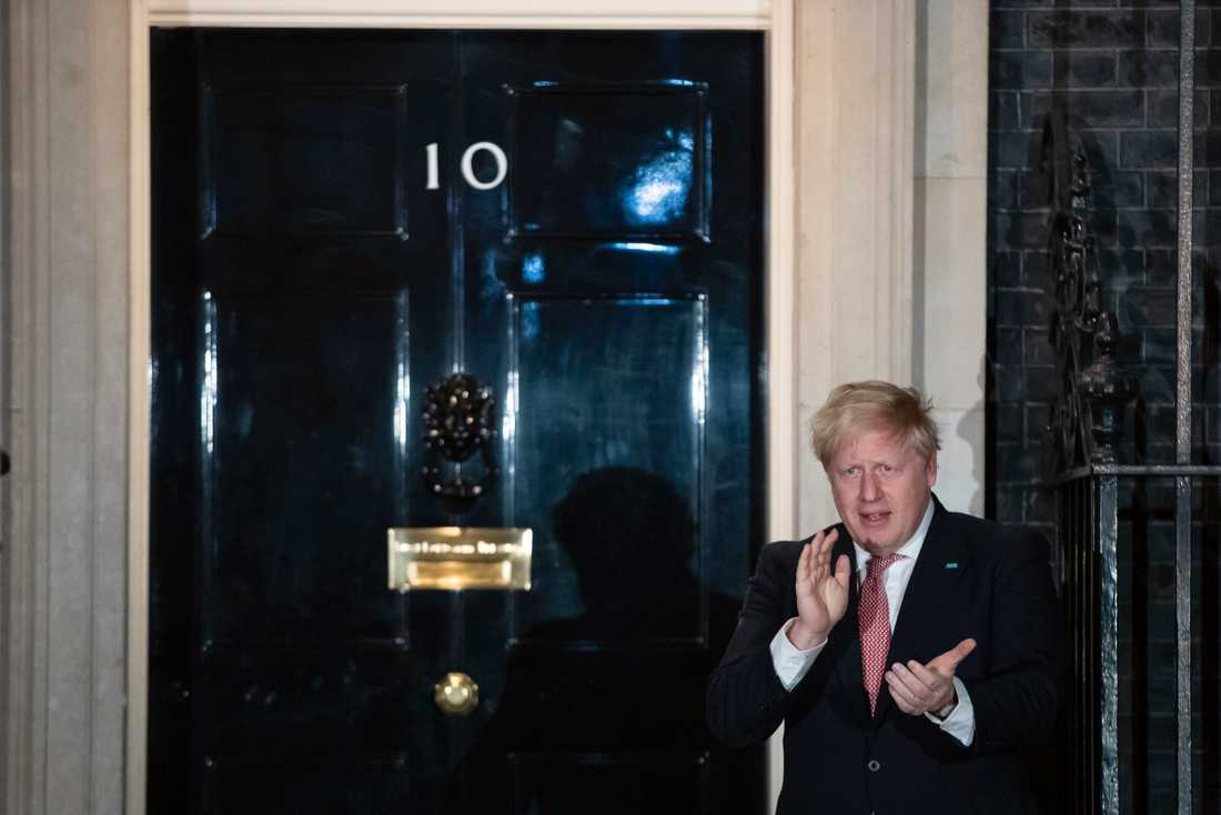 Boris Johnson i sitt senaste framträdande innan beskedet om att han är smittad – framför residenset på 10 Downing Street i London då han deltog i en nationell applåd för vårdarbetare på torsdagskvällen.
