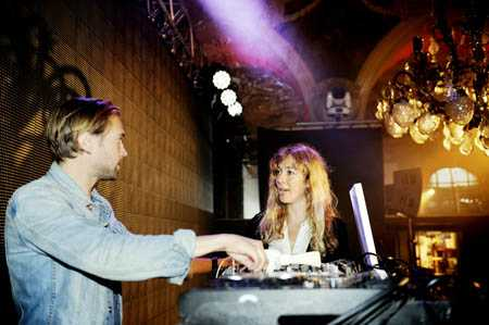 Pamela Bellafesta går igenom kvällens musik med dj Martin Grewin.