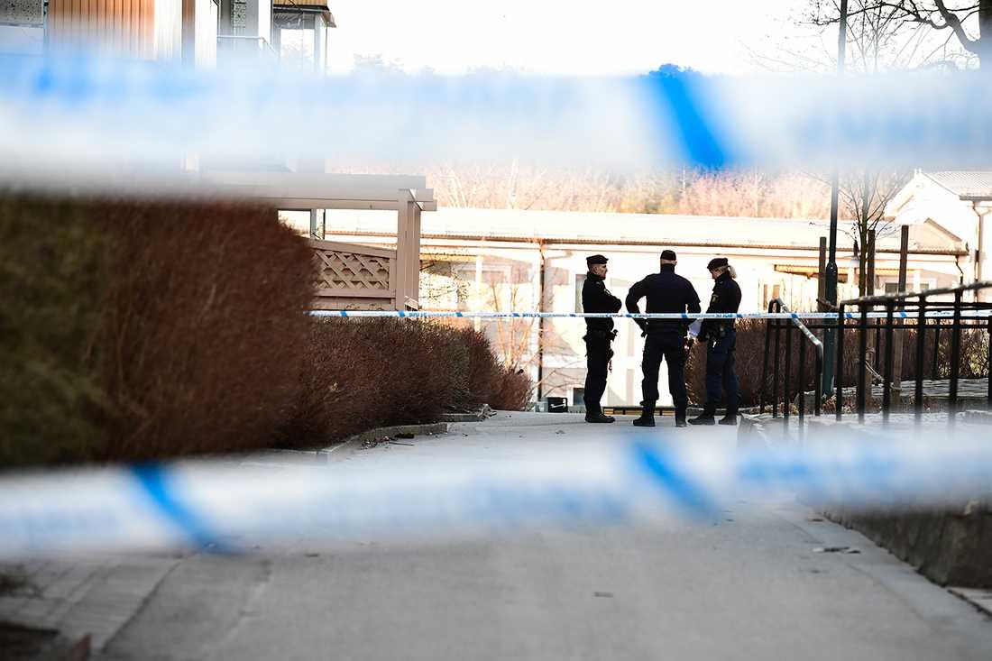 Poliser på plats efter skottlossningen i Sätra.