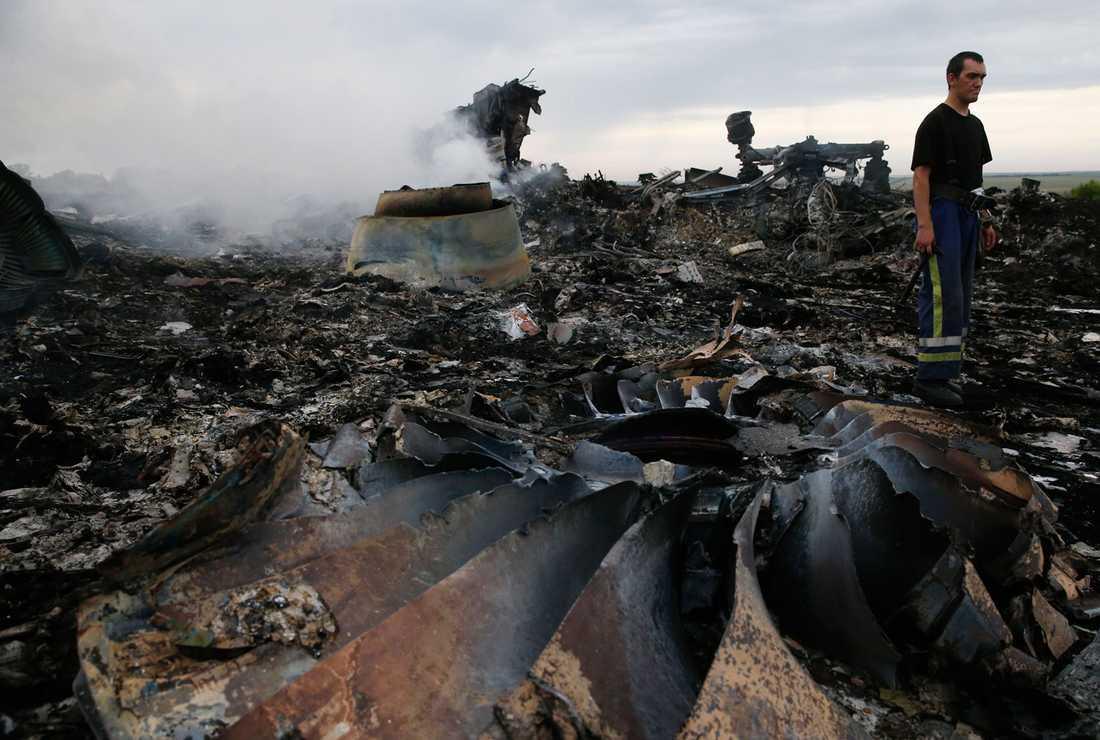 Räddningsarbetare i Grabovo, Ukraina där planet från Malaysian Airlines kraschade.