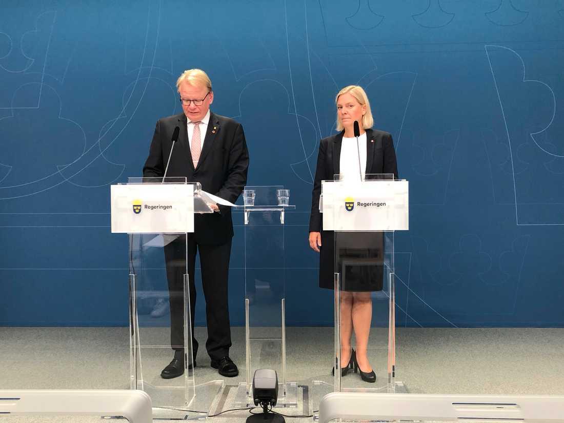 Finansminister Magdalena Andersson (S) och försvarsminister Peter Hultqvist (S) presenterar finansieringen av de ökade anslagen till försvaret.