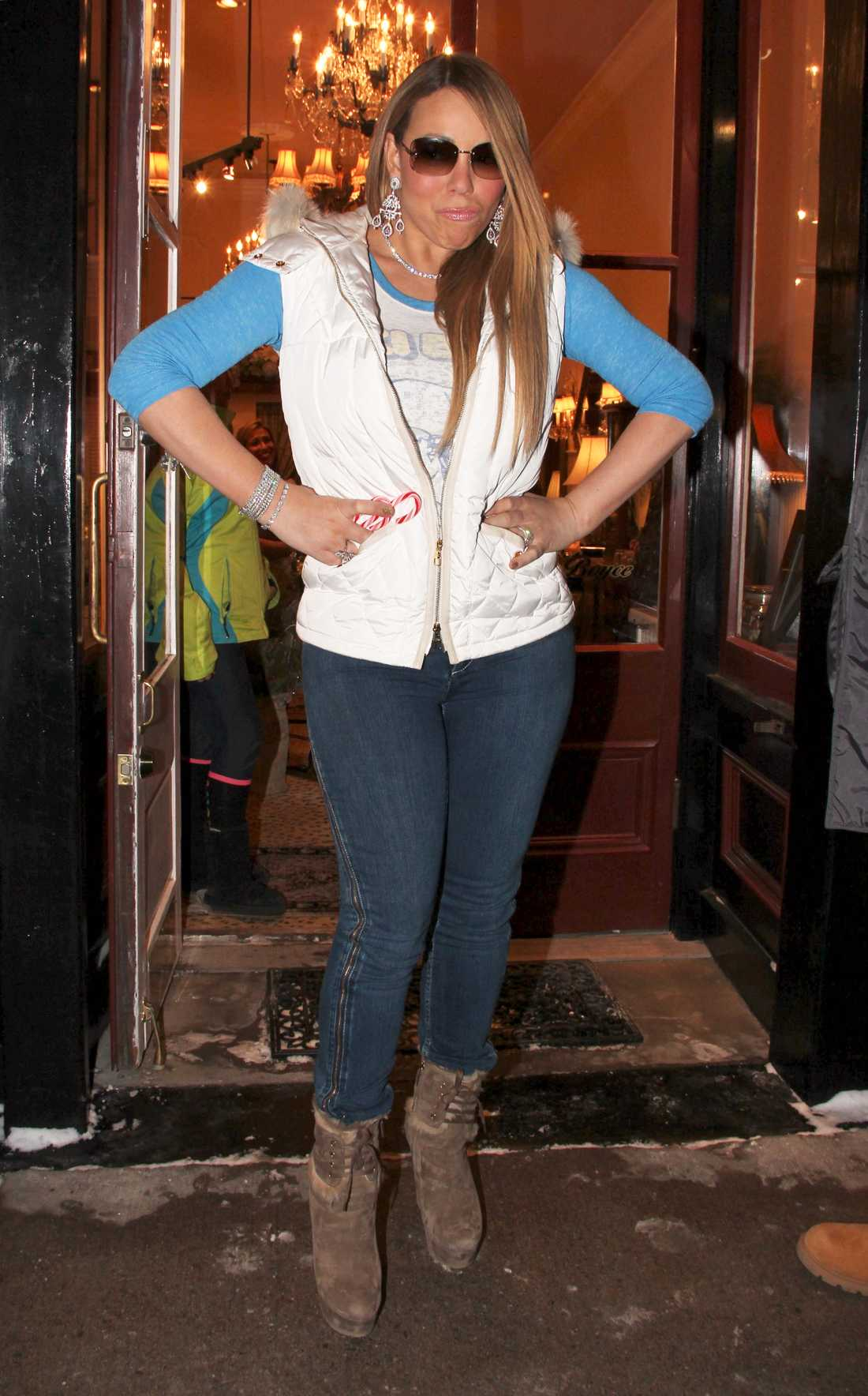Mariah Carey pimpar upp jeans och dunväst med massa glitter.