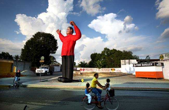 Hugo Chavez som stor docka på lilla torget i hemstaden Sabaneta, södra Venezuela.