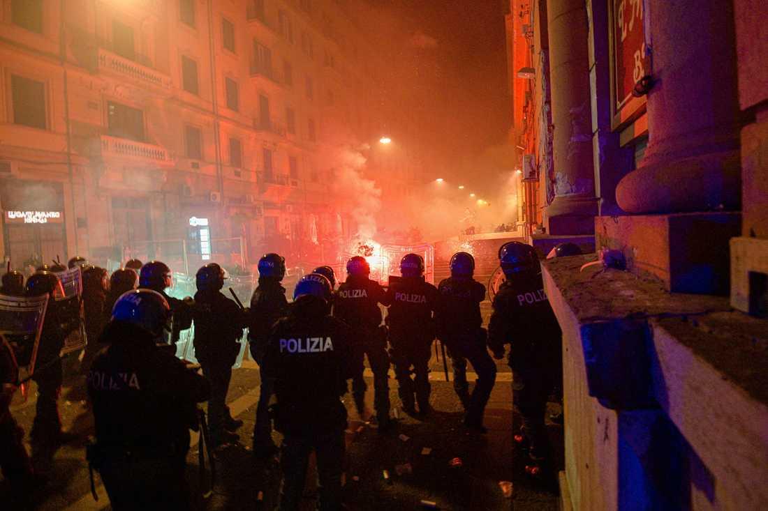 Hundratals demonstranter protesterade i Neapel i fredags mot utegångsförbudet som införts i staden. Arkivbild.