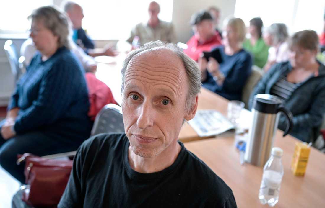 Håkan Eriksson väntar på informations- och pressträffen på Hantverksgården i Hästveda på onsdagen. Boende i området är fortsatt oroliga.