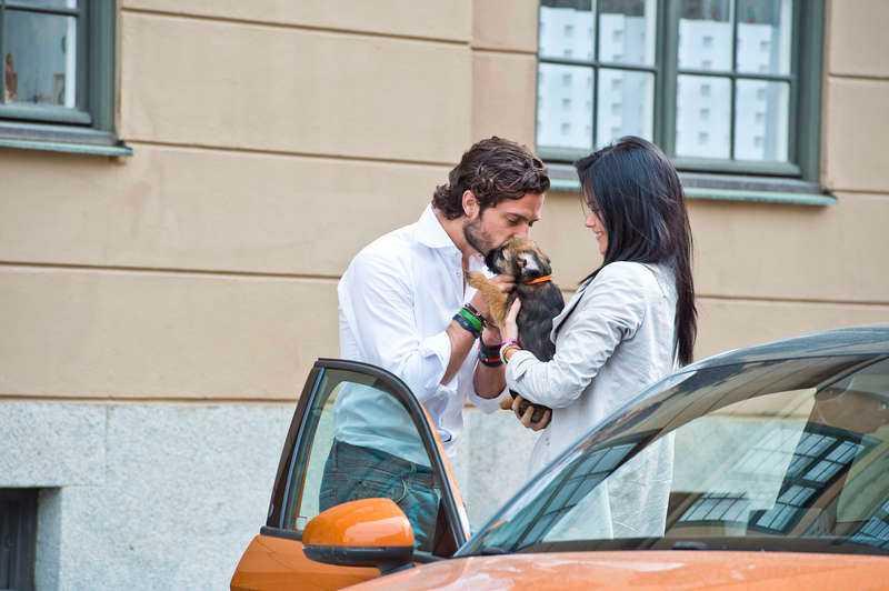 25 MAJ, STOCKHOLM Prins Carl Philip och sambon Sofia Hellqvist fångas på bild med den nya familjemedlemmen – borderterriern Siri. Ett par dagar senare ses paret tillsammans med sin nya ögonsten utanför kungliga slottet.