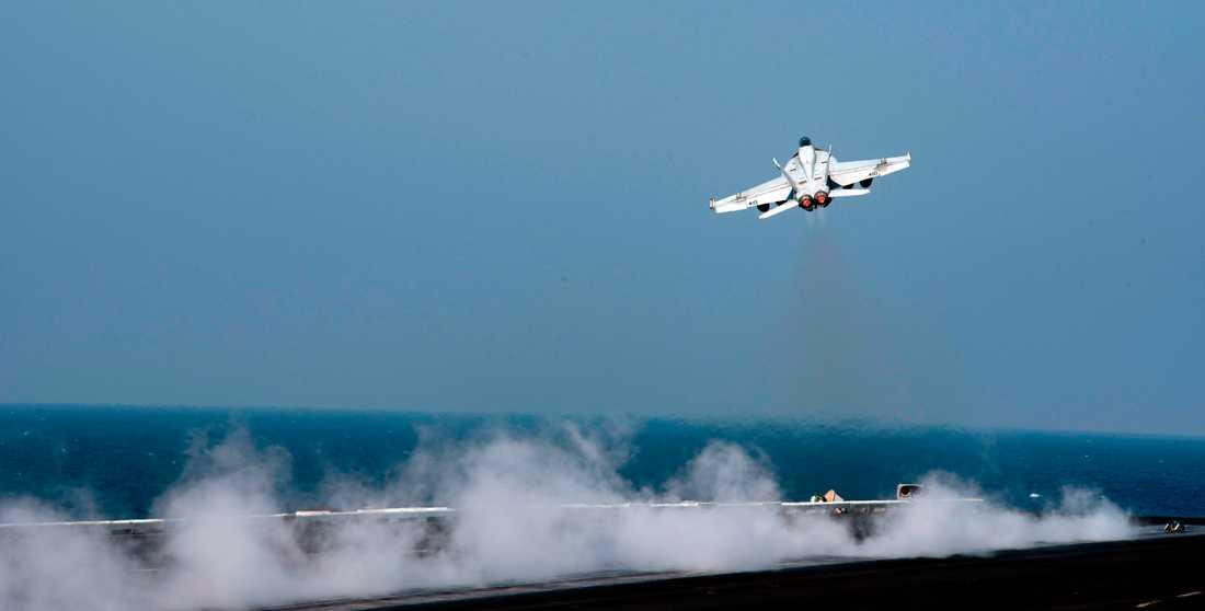 Ett F/A-18E Super Hornet lyfter från hangarfartyget USS Dwight D. Eisenhower. Arkivbild.