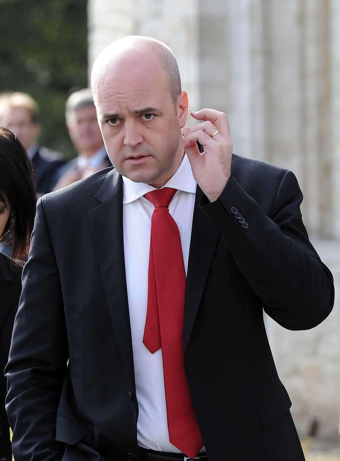 FÖRHALAR NEDERLAGET Fredrik Reinfeldt och hans regering tar i dag sommarlov. Och de slipper göra det som förlorare i den omdebatterade sjukförsäkringsfrågan. I går kväll använde de den sista livlinan och begärde att få frågan skickad till socialförsäkringsutskottet på återremiss. Nu kan oppositionens förslag till förändringar gå igenom först i höst.