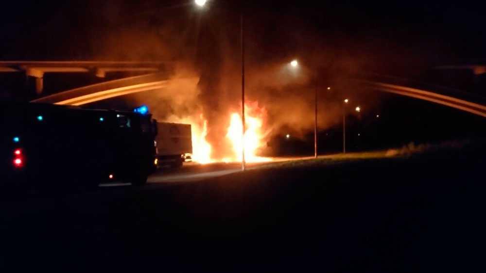 De brinnande lastbilarna stoppade t-banan.