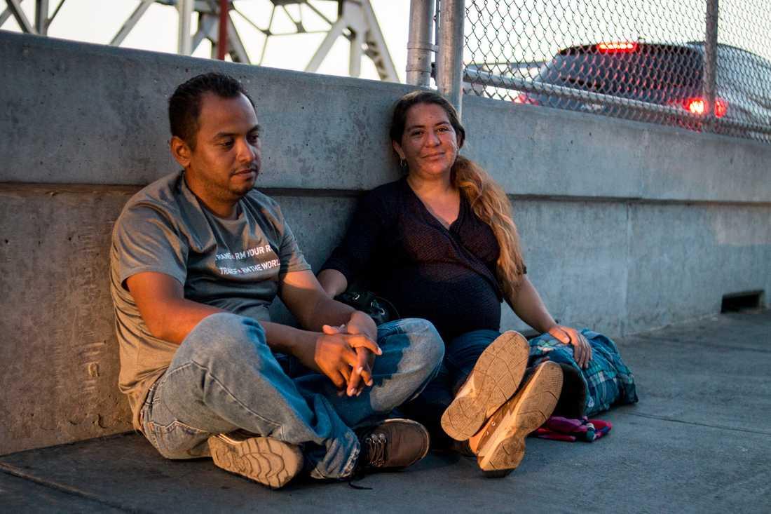 Ana Paz Rodriguez är gravid i sjätte månaden och har rest från San Pedro Sula, Honduras till gränsstaden Matamoros tillsammans med sin femårige son Hassan Bustillo Paz får att ansöka om asyl i USA. Hon väntar vid gränsövergången tillsammans med andra migranter.