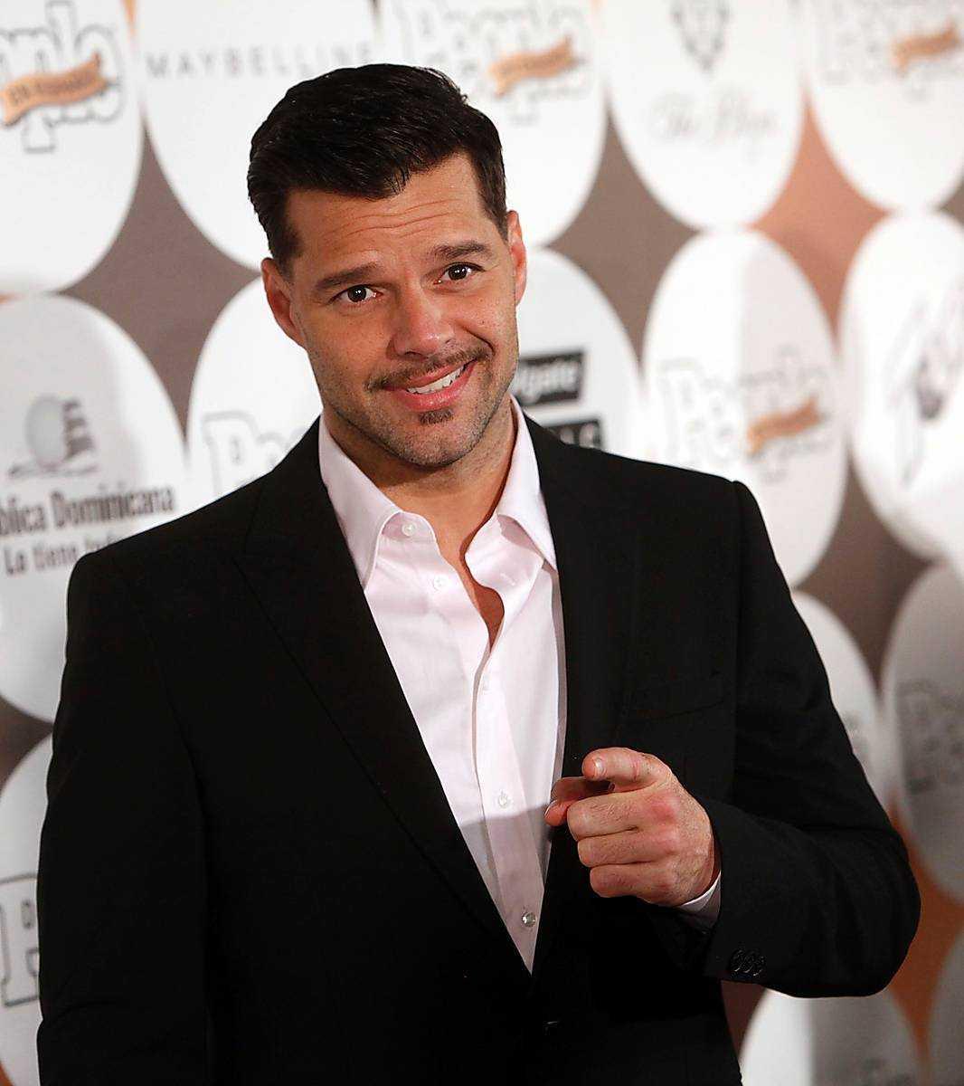 Ricky Martin och Thorpe ska ha skrivit kontrakt med en icke namngiven tidskrift om att avslöja att förhållandet i en omslagsintervju.