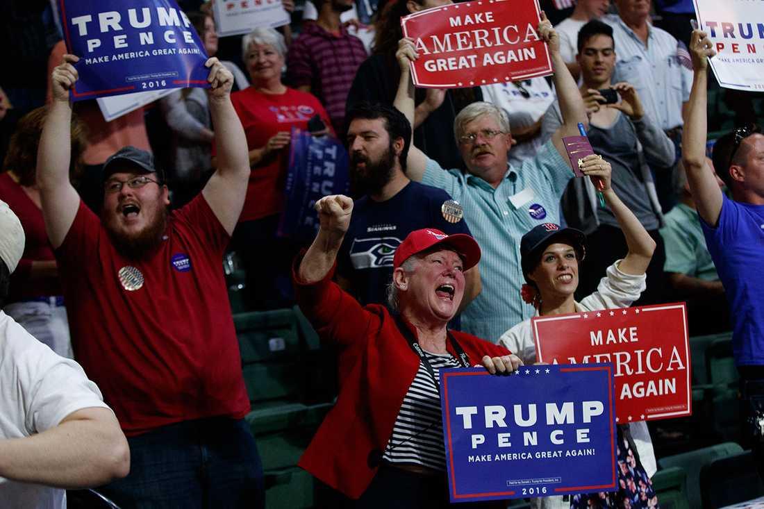 """Enligt Clinton är hälften av Trumps anhängare """"rasister, homofober, sexister, främlingsfientliga och islamofober""""."""