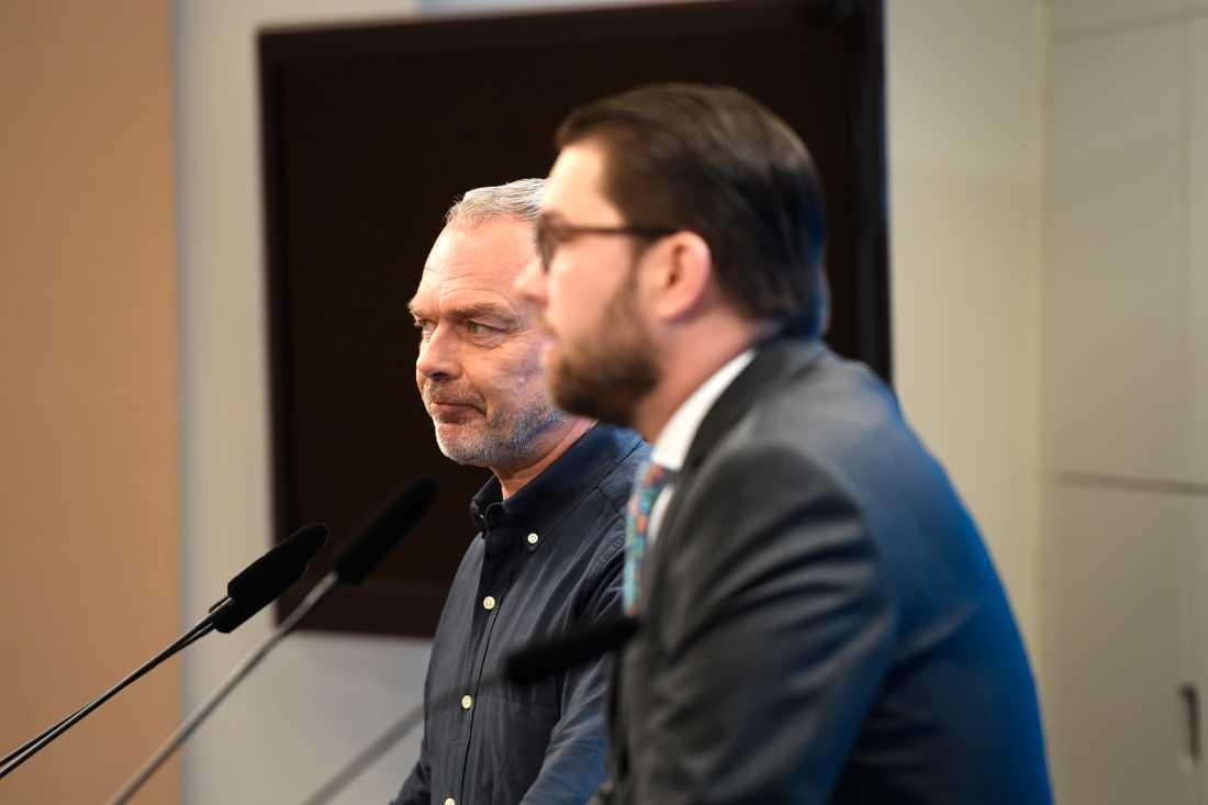 Jan Björklund och Jimmie Åkesson berättar på pressträff att de ska debattera mot varandra inför EU-valet.