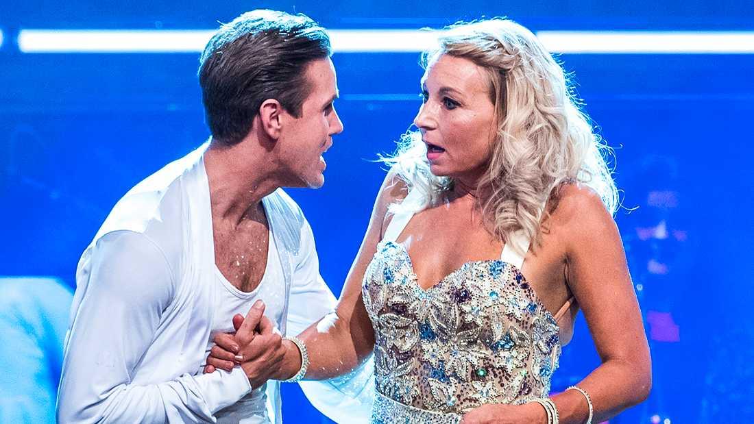 """Martina Haag blir chockad när hennes namn ropas upp – hon och Tobias Bader är vidare i """"Let's dance""""."""