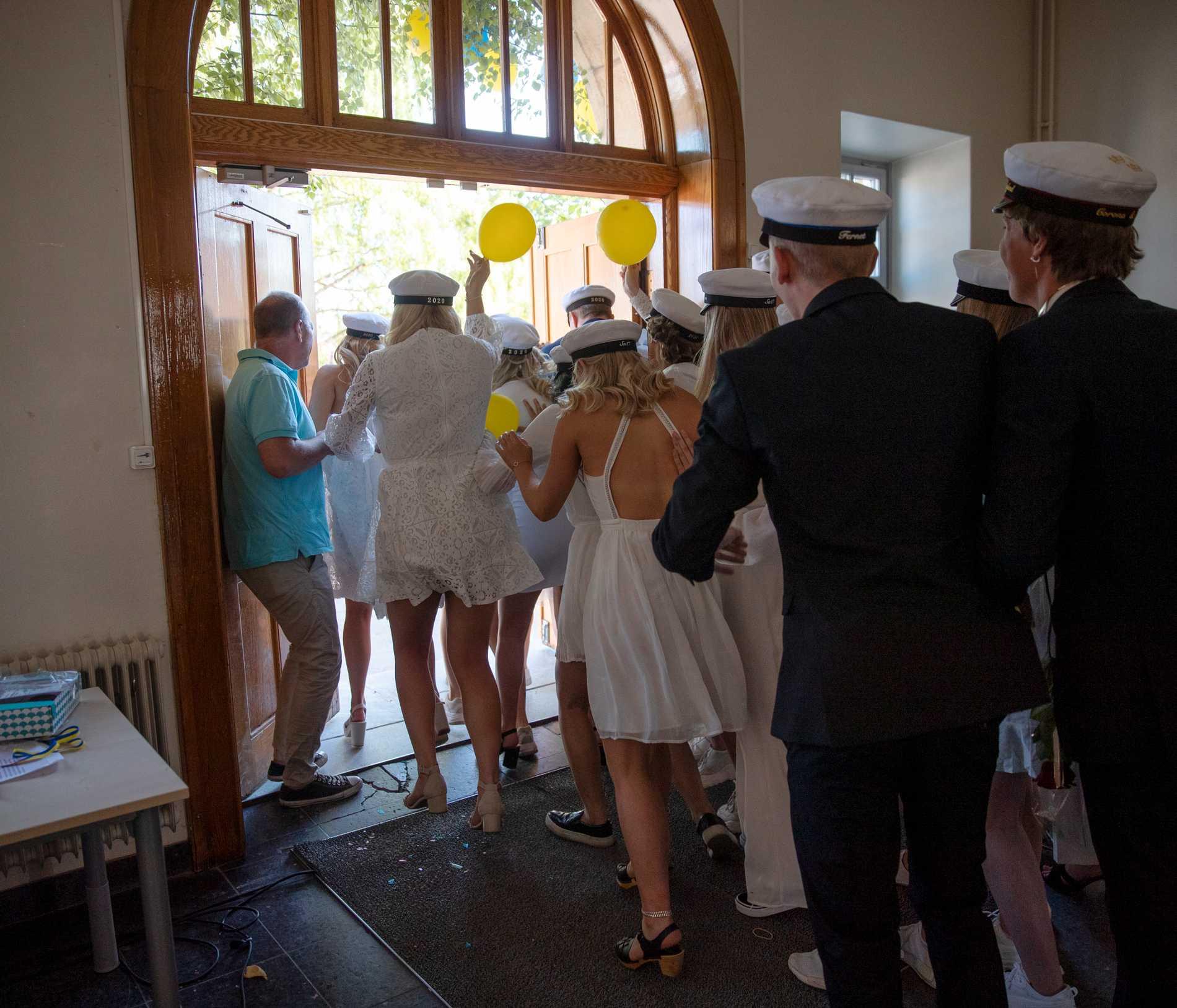Staffangymnasiets samhällsklass på väg ut mot resten av livet.