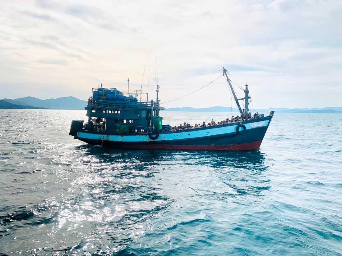 Många flyktingar tillhörande den muslimska minoritetsgruppen rohingya har försökt att ta sig till Malaysia. Här är en bild på en båt med flyktingar som malaysiska myndigheter tagit tidigare i april.