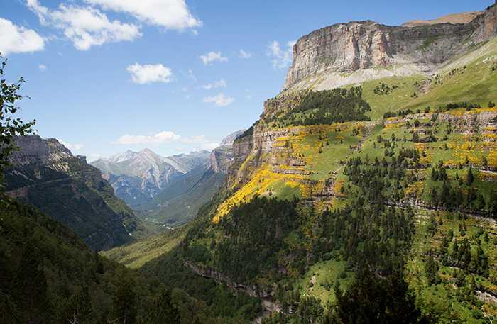Ordesa-dalen är som en mix av Italienska Dolomiterna och USA:s Grand Canyon. De högsta topparna sträcker sig en bra bit över 3000 meter. Den högsta, Monte Perdido, ligger på 3355 meter över havet. Branta klippväggar skär genom landskapet i långa randiga kurvor.