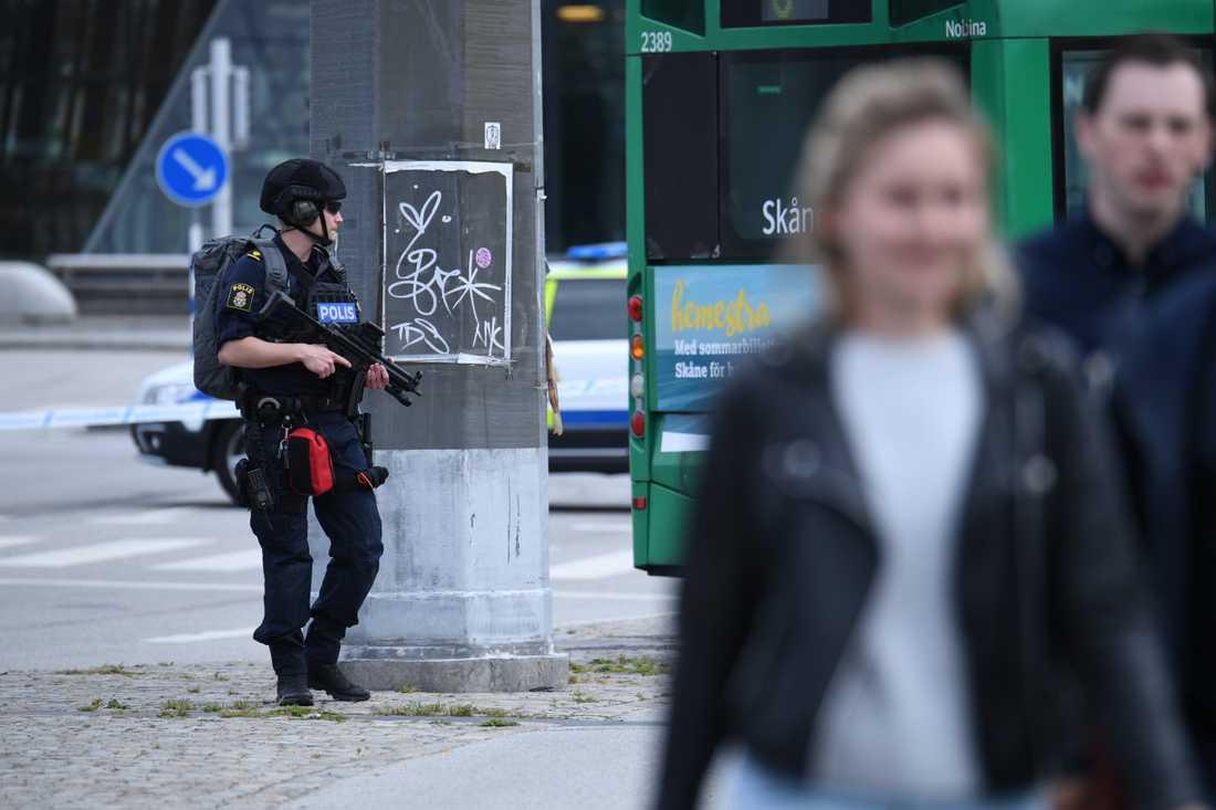 En man har blivit skjuten av polis på Malmö centralstation. Stationen har utrymts och det nationella bombskyddet är på platsen.