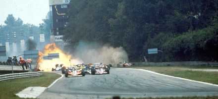 Här kraschar Ronnie Peterson på Monza-banan i Italien. Peterson avled senare av skadorna.