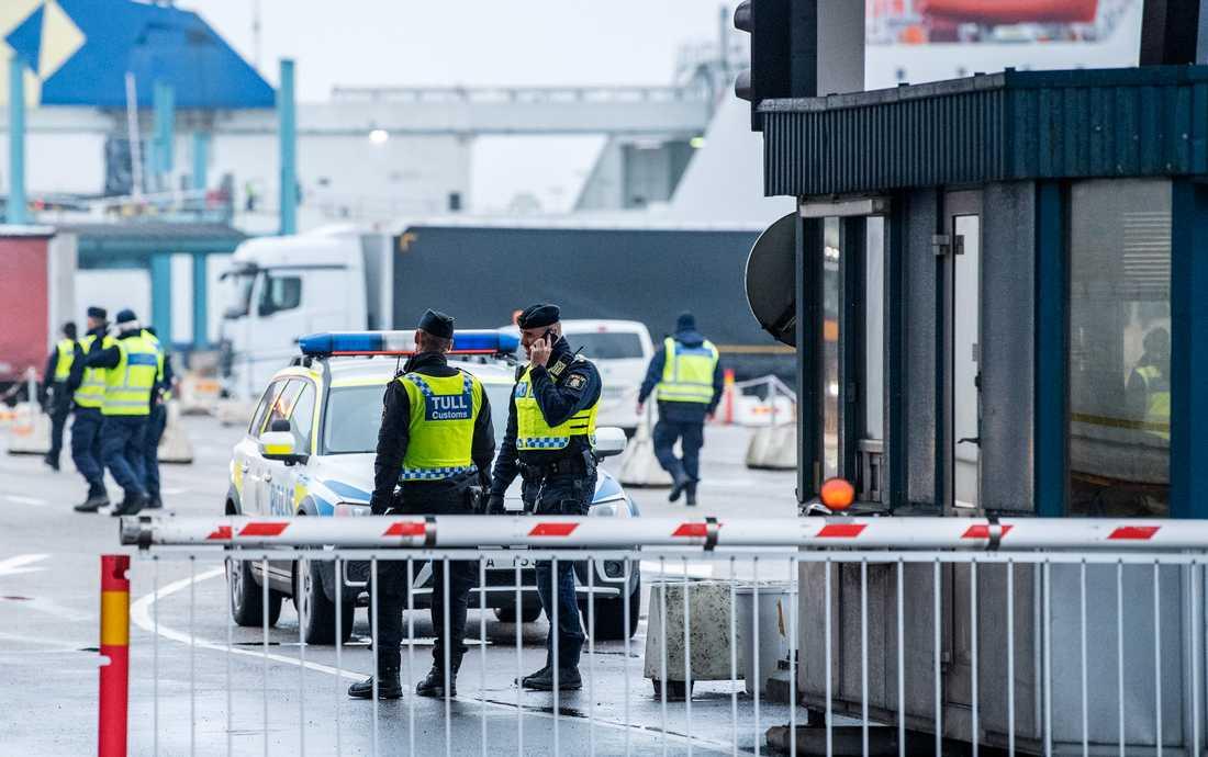 Polis, tull och kustbevakning deltar i den internationella operationen Trident som bland annat pågår i Trelleborgs hamn.