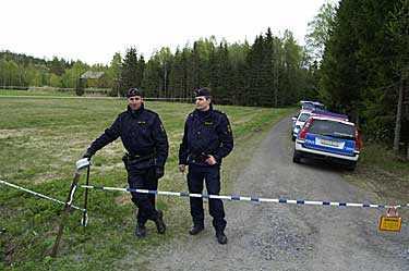 Ett äldre par hittades mördade på en gård utanför Härnösand på torsdagen. Polisen spärrade av ett stort område.