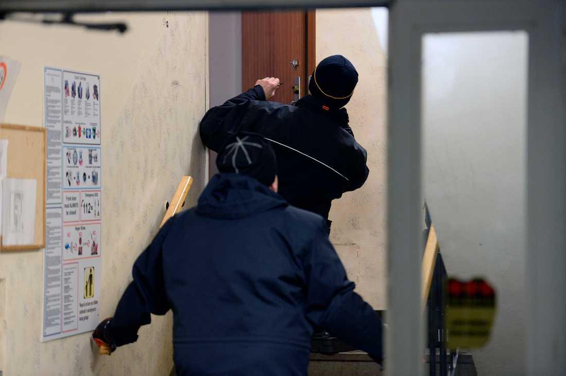 Polisen undersöker platsen