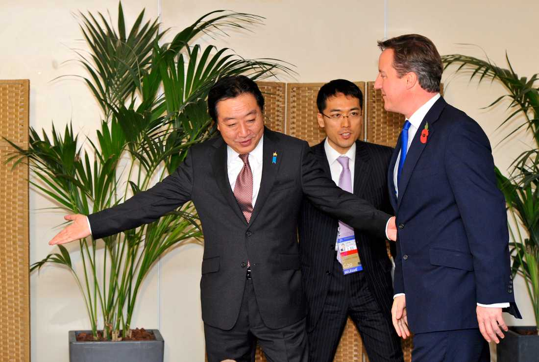 Varsågod! Japans premiärminister Yoshihiko Noda visar vägen för Storbritanniens premiärminister David Cameron.