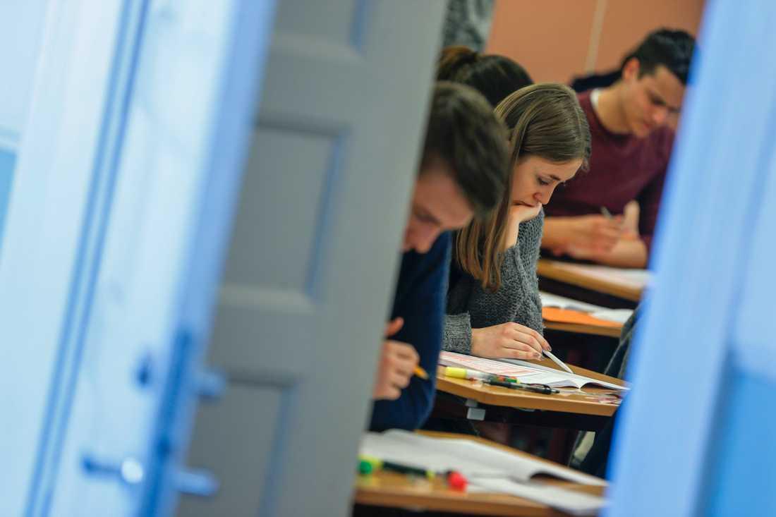 Högskoleprovet tycks bli av trots allt, men färre än vanligt lär få skriva. Arkivbild.