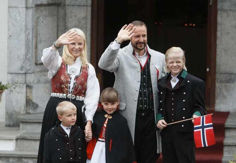 Ingen hund När familjens hund leddes bort ställde prins Sverre Magnus upp och poserade med resten av familjen.