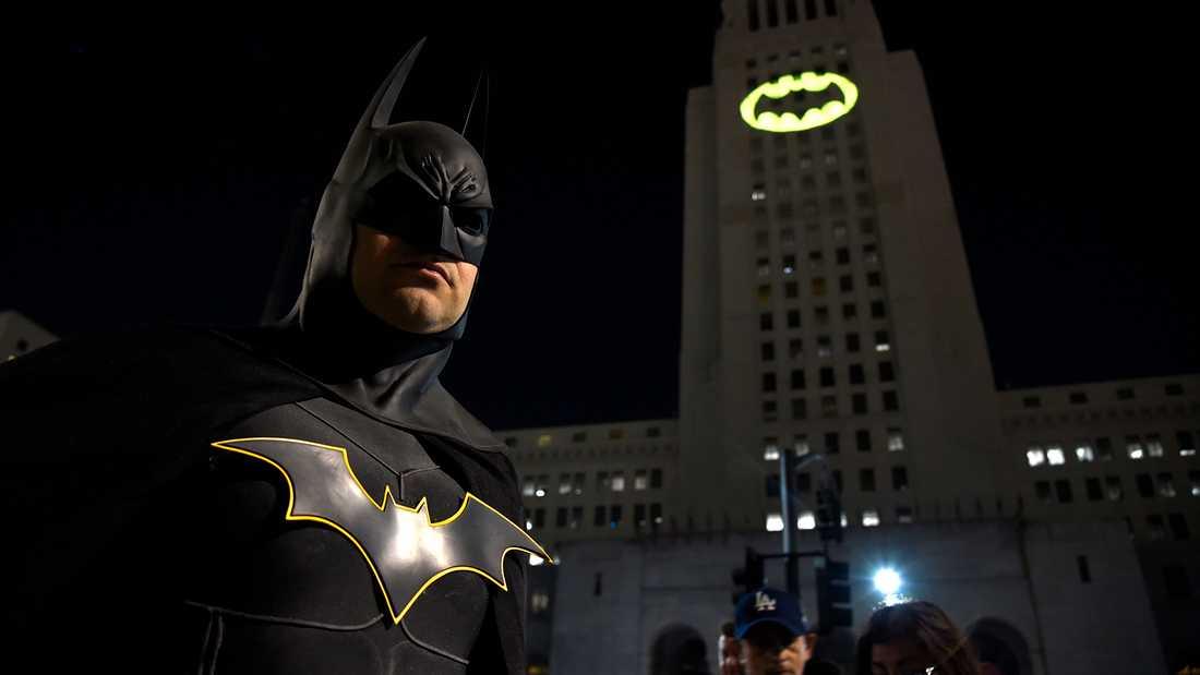 En Batman-strålkastare i Los Angeles efter skådespelaren Adam Wests bortgång 2017.