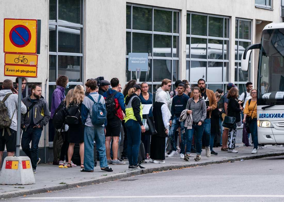 Resenärer köar till en ersättningsbuss på Malmö C under måndagsförmiddagen.