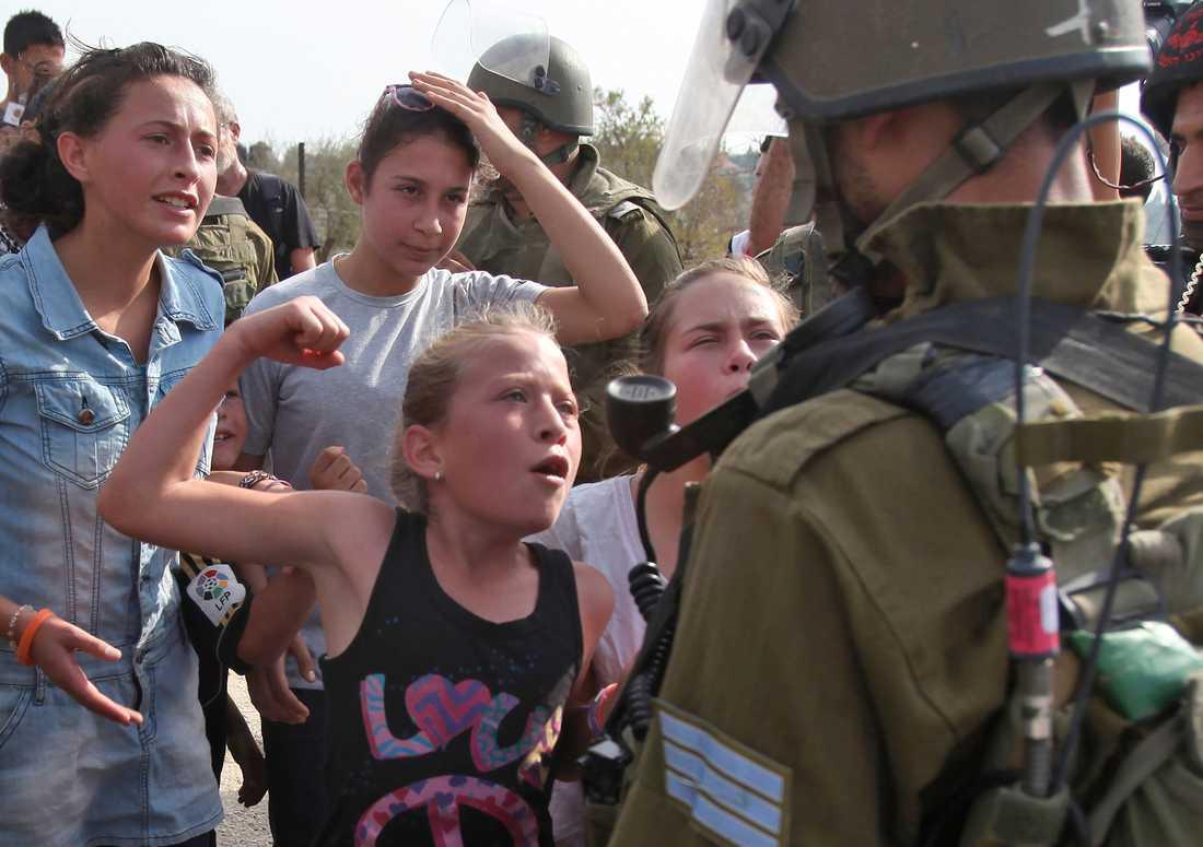 Ahed Tamimi framför en israelisk soldat.