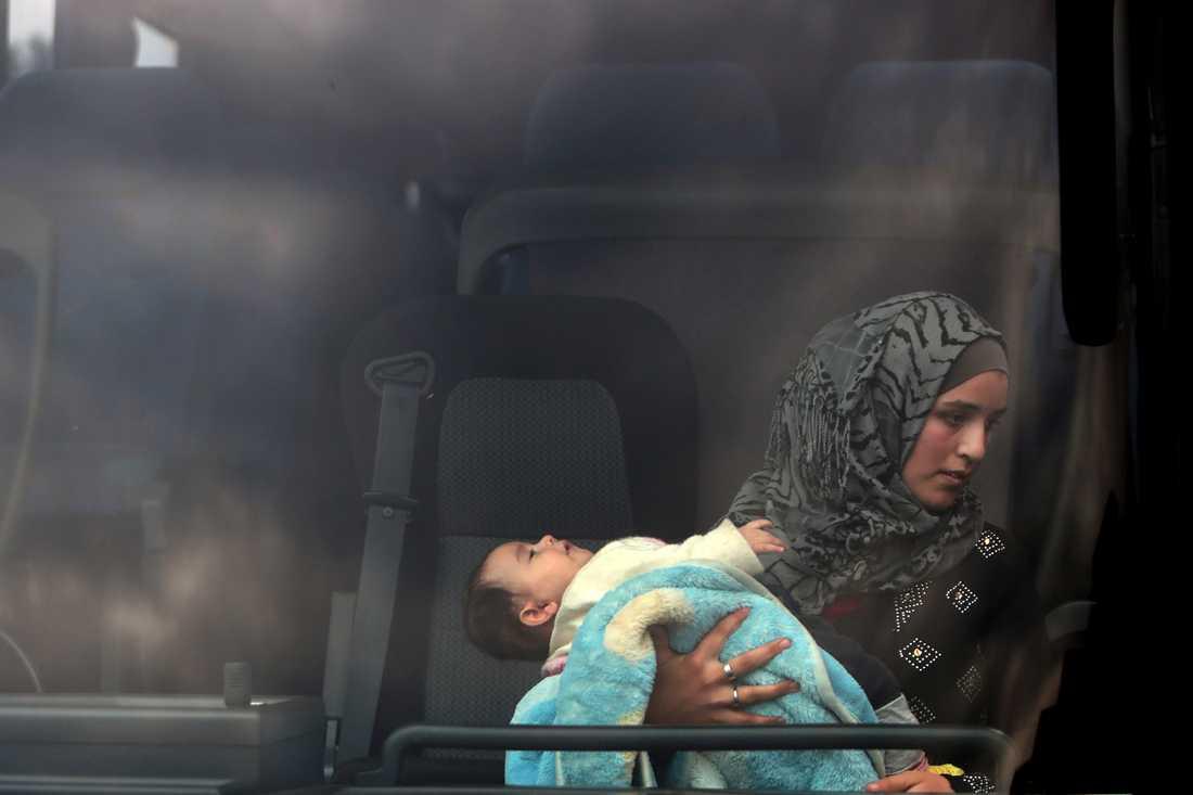En mamma och ett barn som räddats från en smugglarbåt utanför Cyperns kust i januari i år.