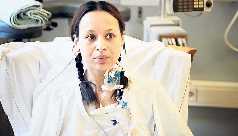 Lotta Gray drabbades av tarmcancer och står ständigt i kö i väntan på provsvar, behandling, röntgensvar och uppföljning.