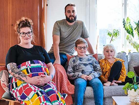 Lisa och Linus tillsammans med barnen Jens, Siri och lillebror Nils i magen.