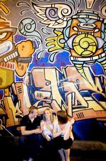 Den svenske backpackern Rikard Selander upptäckte inte bara ett dolt nattliv i Melburnes gränser utan även två tjejer.