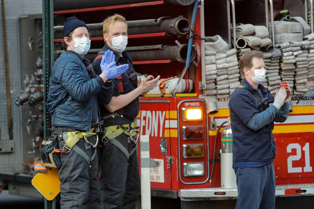 Brandmän i New York tar en paus för att hylla stadens sjukvårdsarbetare.