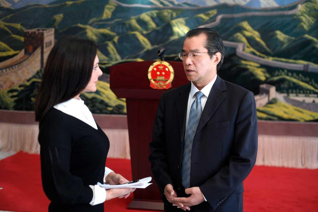 Aftonbladets Mira Micic träffade den kinesiske ambassadören Gui Congyou i hans residens.