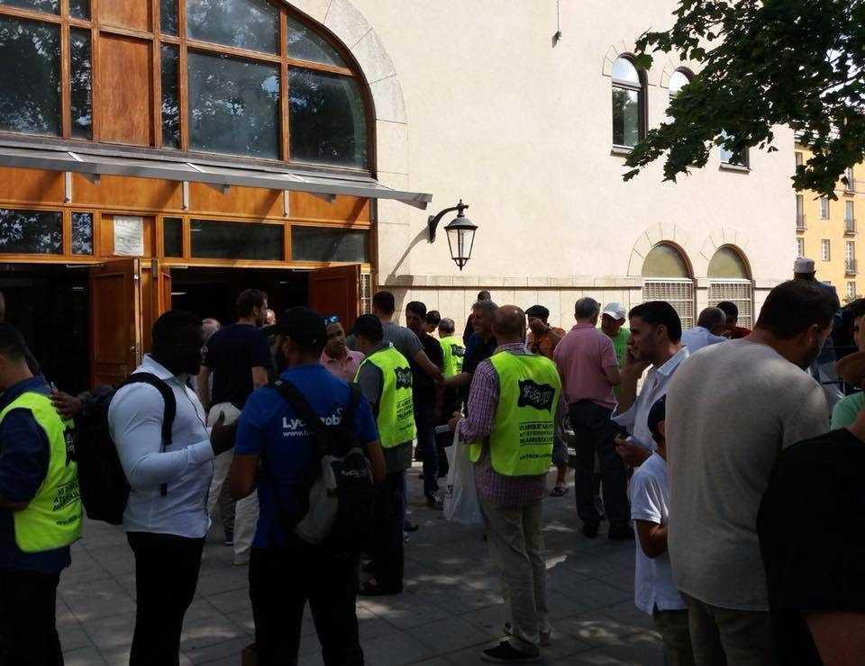 Hizb ut-Tahrir delar ut broschyrer utanför Stockholms moské på Södermalm.
