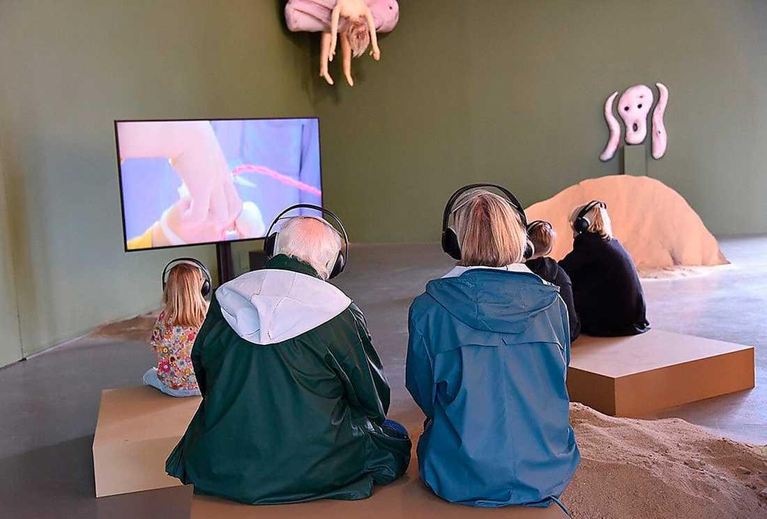 """Installationsvy med biennalbesökare. Åsa Cederqvist, """"Mama, dada, gaga"""", 2018."""