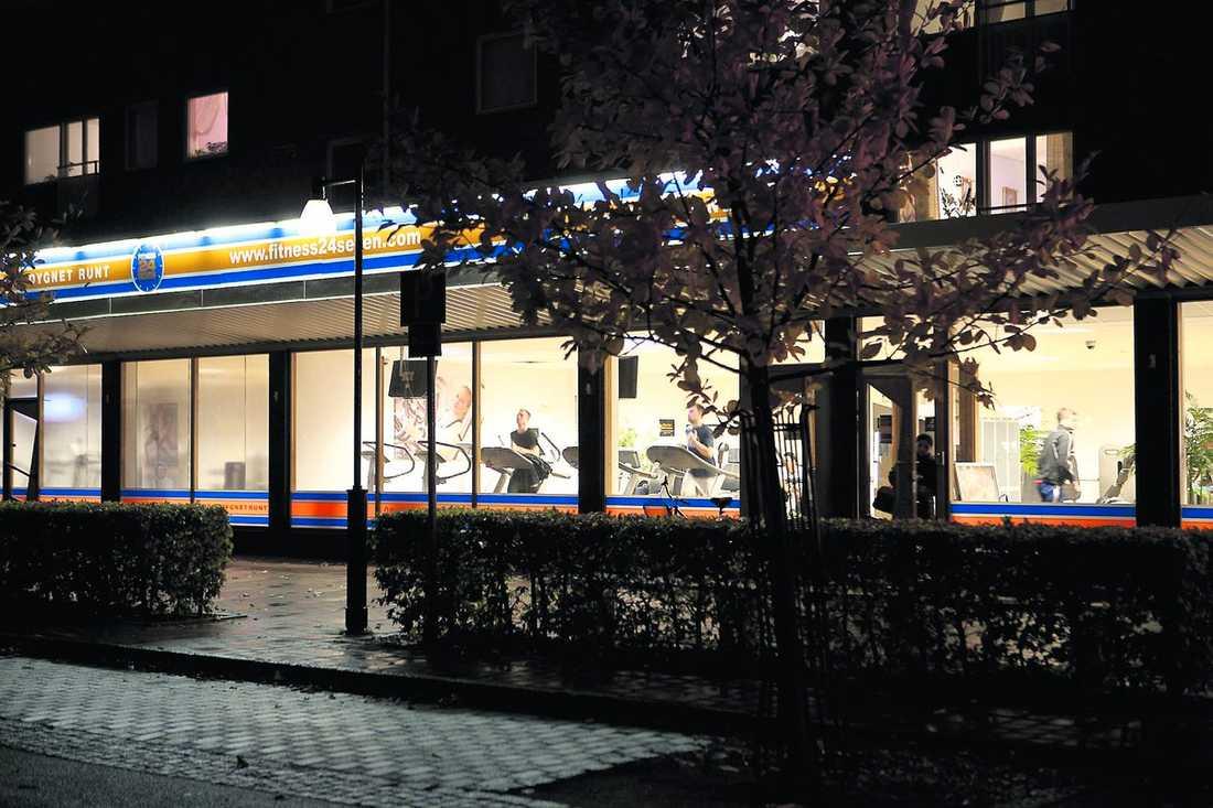 Här på ett nattöppet gym i Malmö sköts Ali, 30, genom fönstret den 27 juni. Han skadades i ryggen och armen.